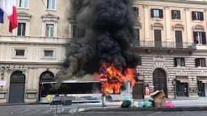 Autobus in fiamme in via del Tritone