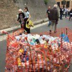 """Roma, """"Una buca diventa una discarica in prossimità dei Musei Vaticani"""""""